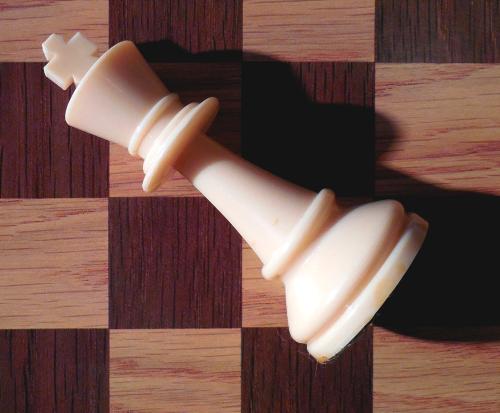 könig schach matt der gefallene held der branche liegt am boden